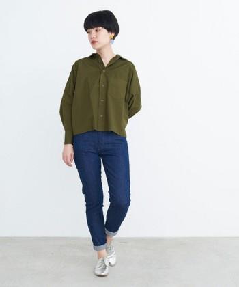 ノンウォッシュのスキニーデニムは、カジュアルだけではなくキレイめにも着こなせるアイテムです。シャツのボタンを外したりパンツの裾をロールアップすると、抜け感が演出できますね。