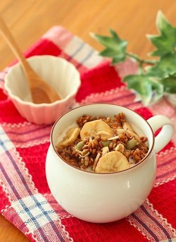 お米のグラノーラは、牛乳との相性が良いほろ苦いコーヒー味です。バナナチップやカボチャの種、ココナッツ入りで彩りもキレイ◎