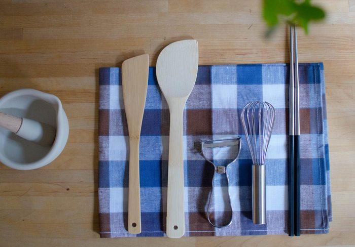 貝印のSELECT100シリーズ。菜箸やピーラー、へらなどどれもお料理では欠かせないツールですよね。やはり、毎日使う道具はシンプルで使いやすいものが一番です。