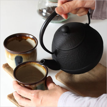 ほっと一息つきながらお茶を飲みたいときは、こだわりの急須を使って淹れるとよりお茶をおいしく感じることができますよね。見ているだけでもどこか歴史を感じることができる南部鉄器のこの急須は、ホーロー加工されているので錆びにくいのが特徴。存在感があって素敵ですよね。