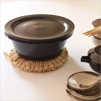 頻繁に使うわけではなくてもここぞという時に使いたい鍋敷き。可愛らしい鍋敷きなどもたくさん売られていますが、このようなワラの温かみのある鍋敷きはいかがでしょうか。ドーナツ状になっているので底が丸い鍋も置くことができます。何より、このシンプルでレトロな雰囲気が和みますよね。
