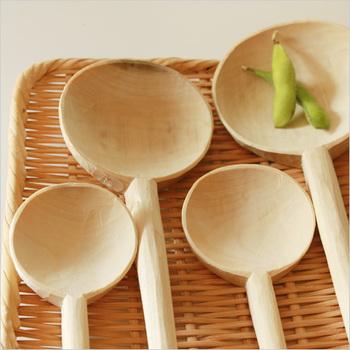 1945年創業の自然素材を使った生活道具を生み出している松野屋の木杓子。朴の木を使用しており、1本の木から継ぎ目なしで作られている温かみのあるお玉です。使っていると気持ちも暖かくなりそうですね。
