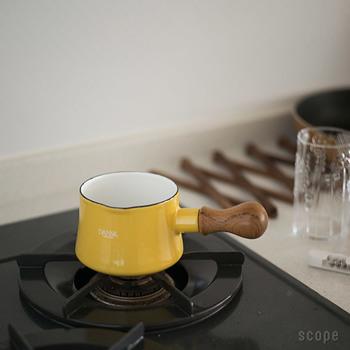 〈注意点〉 ・鍋のサイズが小さいため、標準サイズの五徳では不安定になりやすいです。しっかり載せましょう。 ・強火で使用すると木製の取っ手部分が焼け焦げてしまうおそれがあります。火加減に気をつけましょう。 ・鍋底の接地面が狭いので、残念ながらIHでの使用には向いていません。 ・揚げ物料理には使用NGです。