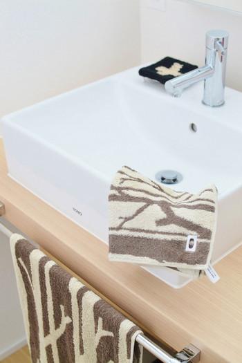 使った後の水滴を取るために、専用のハンドタオルを用意しておいてその都度拭くというアイディアも。近くに掛けておけばすぐに使えますし、1日1回取り換えれば良いので、洗濯物も少なくて済みますよ!
