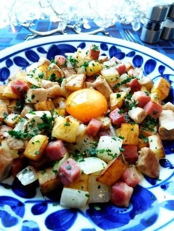 ジャガイモなどの野菜、ソーセージやハムなどのお肉を炒めたレシピです。ボリューム満点で、色々な食材を使ってアレンジできるので、冷蔵庫の中身によって試してみてもいいかもしれませんね!