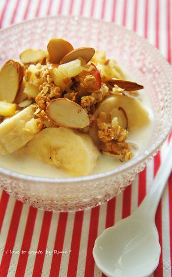 バターで炒めたリンゴとグラノーラの朝食ヨーグルト。リンゴとバナナの食物繊維、栄養価の高いグラノーラの組合せは、朝食にピッタリ!