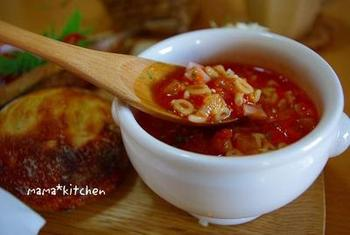 お好みの野菜を刻んでショートパスタと一緒に茹で、トマトジュース、コンソメ、粉チーズを加えて仕上げる、簡単おいしいミネストローネ。 お鍋ひとつで出来上がり、おなかも満足の軽食メニューです♪