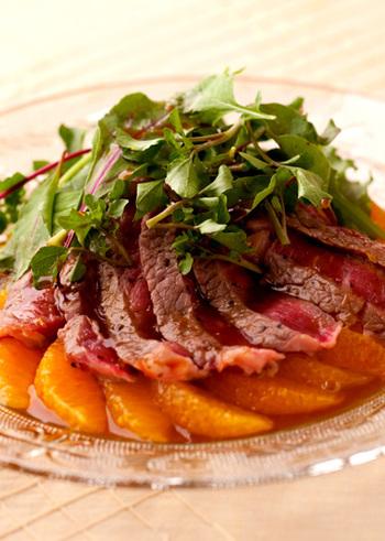 爽やかな香りと甘みが効いた、オレンジのタレがポイントのごちそうサラダです。ジューシーなオレンジの果肉や少し苦みのあるクレソンといっしょに食べると、ボリュームのあるお肉もさっぱりいただけます。