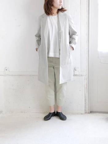 メンズライクなトレンチコートは、袖を折り返して、ざっくり羽織って。インするお洋服は、出来るだけミニマムに纏めると、シンプルな女性らしさが際立ちます。