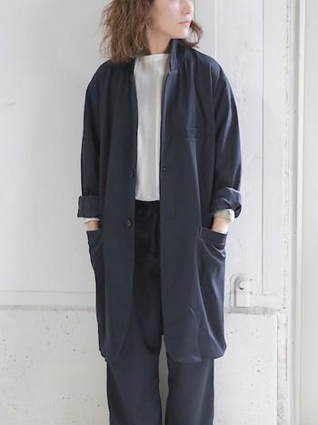 すとんとしたシルエットのコートは、メンズサイズならではの落ち感が魅力です。袖をロールアップして大人女子の可愛げもプラス。
