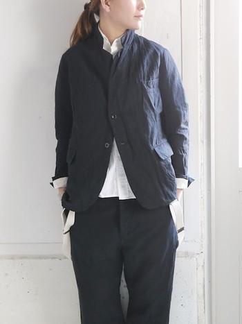 オーバーサイズのジャケットを颯爽と着こなして。すっきりとしたホワイトシャツと袖のたくしあげで、レディなエッセンスもちょっぴりプラスした上級者な着こなし。