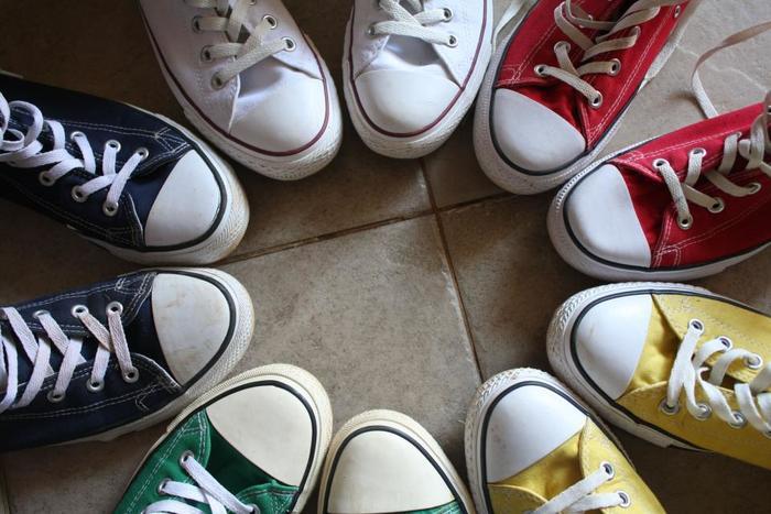 旅先でのおしゃれ。持って行ける靴も限られますよね。そんなとき、パンツにもスカートにも合わせやすいスニーカーがあると便利です。