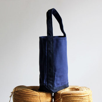 長尺のバゲットやフランスパンを入れるためにデザインされた「バゲットトート」です。 片側に寄せた特徴的なワンショルダーは、型に掛けた時にボディにしっくり馴染んで、荷物の大きさや重さによって色んな表情を見せてくれるんです♪