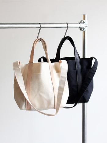 TEMBEAの定番トート「クラブトートバッグ」のキャンバス×レザー素材バージョン。 キャンパス地にはパラフィン加工が施されて、撥水性・耐久性ともに優れもの。トレンドに左右されないデザインは、男女問わずに長く使えます。