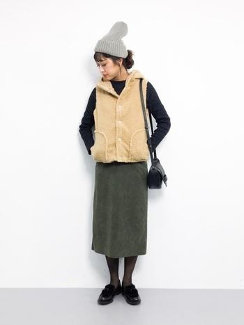 ボアエストにニット帽と秋冬らしい装いで季節感を演出。足元にはAnother Editionとハルタのコラボローファーをあわせて上級者っぽいワンアクセントをプラス。色使いも良く、バランスの良いコーディネートです。