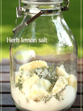 煮沸した保存瓶にレモン、塩、ハーブを入れ、1日1回振り混ぜれば1週間程で料理等に使えるハーブレモン塩の完成!塩豚、魚のソテー、さらにはパスタ、レモン塩釜焼きなど幅広いお料理に使えます。
