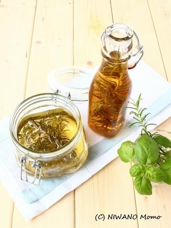ローズマリーをはちみつやお酢につけて楽しんでみては!爽やかなローズマリーの香りがほんのり移って、ドレッシングやドリンクにもぴったりですよ。