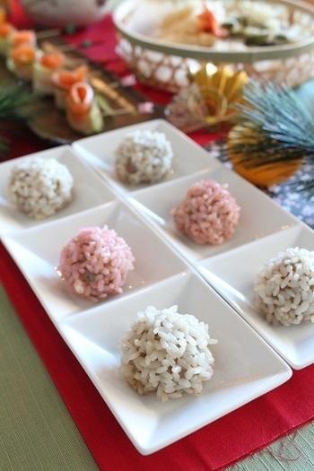 皮の代わりにもち米を使ったシュウマイです! 肉団子に、水に浸したもち米をしっかりつけるだけ。もち米を食紅入りの水に浸すことで色を付けます。紅白にするとお祝い用のメニューにぴったり! 見た目もころころと可愛いです。