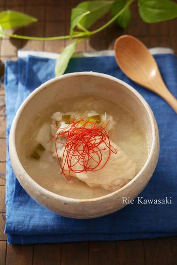手羽先と長ネギの入った参鶏湯風の雑炊。とても滋養があり体を温めてくれるので、体調を崩したときにもうってつけです。炊飯器で作るので、手間がかからず忙しい日にもぴったりです。  温めなおすときはコラーゲンで固まったスープともち米が焦げやすいので、よくかき混ぜてくださいね。