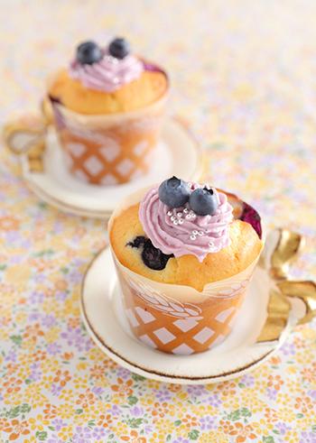 相性抜群、ブルーベリーとチーズのカップケーキレシピです。生地に加えるだけでなく、トッピングとして飾ったクリームとブルーベリーが可愛いポイントに。