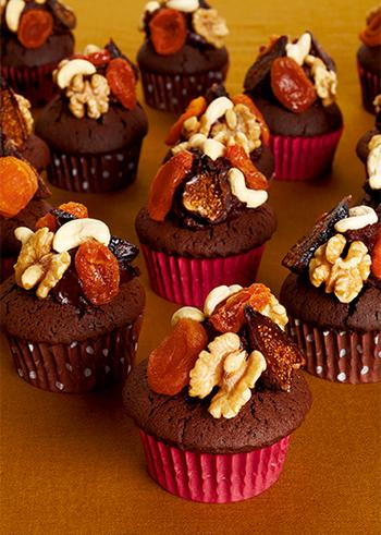 生地にもチョコレートを使用した、濃厚なカップケーキのレシピ。仕上げにナッツやドライフルーツをトッピングすることで、グッとおしゃれに仕上がります。