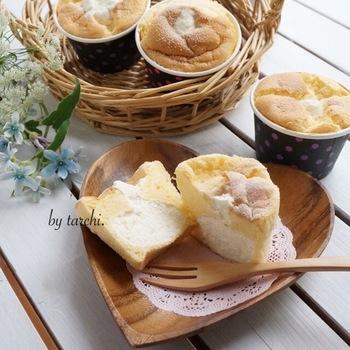 シフォンケーキ初挑戦の人にもおすすめ、紙のカップで作れるレシピです。ふわふわシフォンの中に、たっぷりクリームを詰めて。持ち寄りパーティーや手土産に活躍してくれそう!