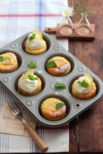 マフィン型で焼く、小さくて可愛いレモンシフォンケーキのレシピです。果汁も皮も使い、レモンの香りがとても爽やか。冷やして食べても美味しいプチケーキです。