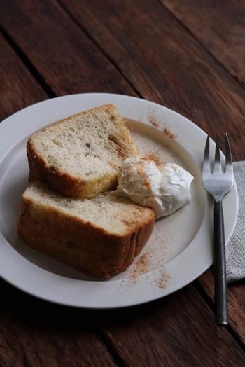 シンプルで身近な材料で作れる、おやつにぴったりのレシピ。バナナを使うので、しっとりとしたシフォンケーキに仕上がります。シナモンを振りかけて食べたいですね。