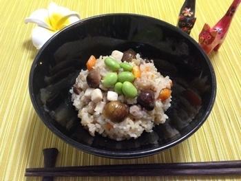 沖縄の炊き込みご飯でも、もち米が活躍。豚バラ入りでボリューム満点です。出汁で味のついたご飯がおいしい。甘栗も入っていて、食べごたえがありますね。