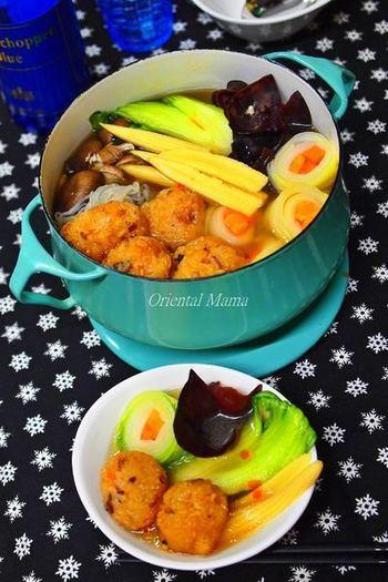 もち米で出来たおこわを使ったお鍋。こちらのレシピでは青梗菜やきくらげなどを使っていますが、冷蔵庫に残っている野菜を色々と入れられそうで便利ですね。