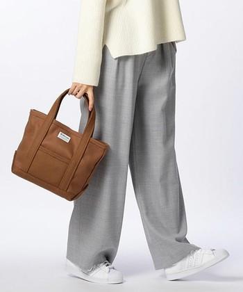 こちらは、コートやジャケットに用いられる〝メルトン素材〟の温かみのあるトートバッグ。シックな色合いでカジュアルになりすぎないから、色んなファッションに合わせやすいですね。