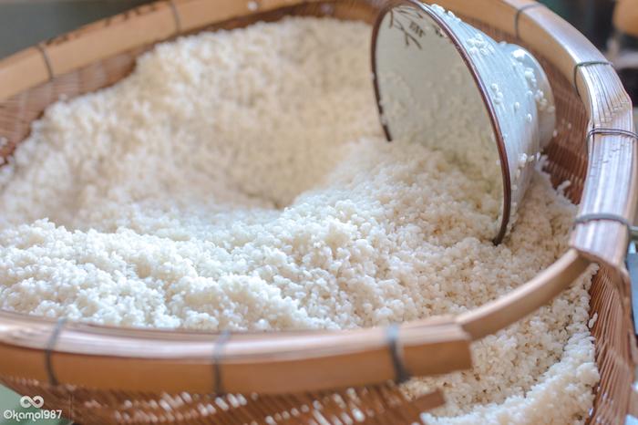 普段食べているお米よりも、水分量が少なく、もちもちとした食感が楽しいもち米のレシピをご紹介します。お赤飯やちまき以外にもいろんなお料理に使えるんですよ! 蒸してもちもち、スープでとろり。意外な食材との組み合わせに発見の連続です。おかずにもスイーツにも使えるもち米で、レパートリーの幅を広げてみませんか?