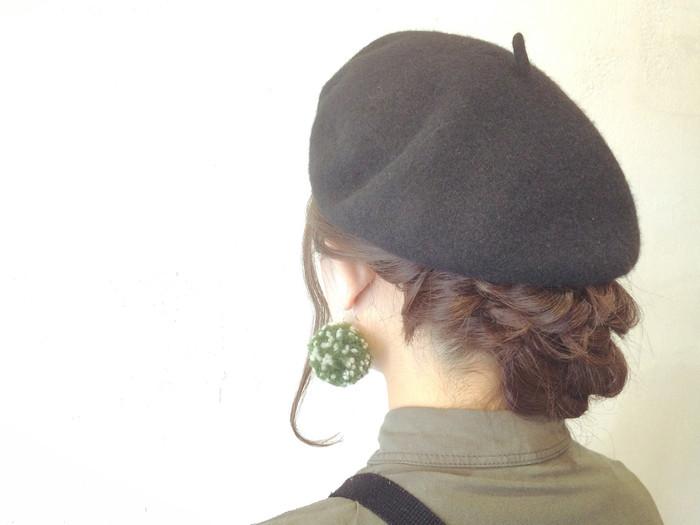 ゆるく編み込んだ髪をベレー帽の中に入れ込むようにしてまとめたアレンジです。襟足がすこしだけ見えて色っぽいですね。