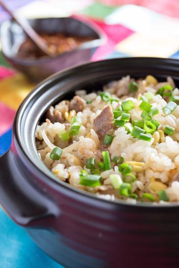 にんにくやごま油の効いた特製の薬味ダレをかけてたべる混ぜご飯。 豆もやしの触感と特製薬味ダレの愛称は抜群!ご飯がすすんですすんで止まらなくなる一品です。