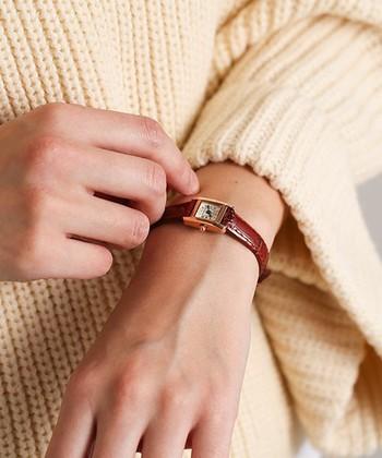 華奢で繊細なラインが品の良い手元に。アンティークのリストウォッチは、控えめながら存在感があります。