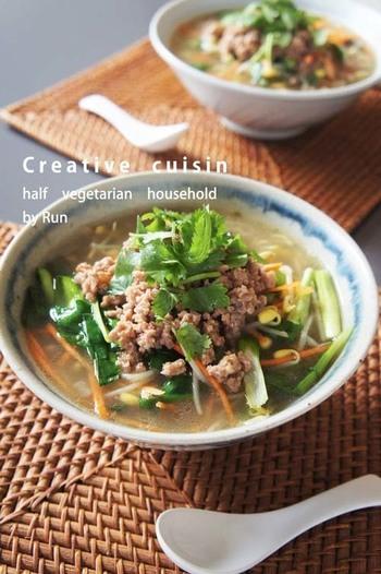 ジャジャー麺に豆もやしをはじめとするたくさんのお野菜を追加してヘルシー麺に。 お野菜タップリで大満足♪