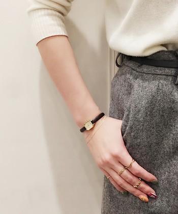 どんなスタイルでも手元にきちんと感を出してくれるレザーベルトの腕時計。黒やブラウンなど、ベーシックで品の良いカラーを選ぶのも大切です。