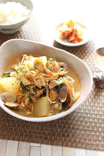 冬瓜、豚肉、キムチ、味噌などあれこれ入って具沢山。アサリの出汁が利いた食欲増進スープです!