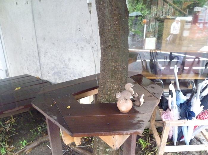 カフェの外では2匹のリスの置物がお出迎え。