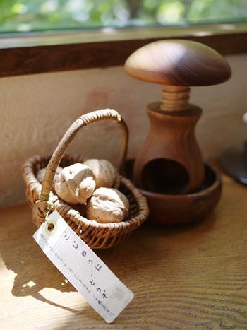 「クルミをテーマにしたカフェ」と言うことで、店内にはクルミとキノコ型のくるみ割り器が用意されており、自由に食べられます。