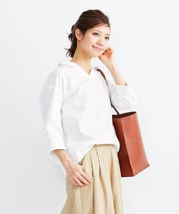 襟の付いた白いシャツは、清潔感のある落ち着いた印象にしてくれます。また顔周りの印象を明るく華やかに見せてくれるので、誰からも好感を持ってもらえますよ。
