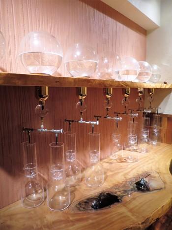 お店の地下の席では、水出しコーヒーを抽出する様子をみることができます。