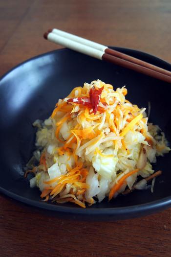 中国のおそうざいで、白菜の辛味甘酢漬けのこと。冷蔵庫で2〜3日ほど保存できるので、たっぷり作っておくと、いざというとき便利です。