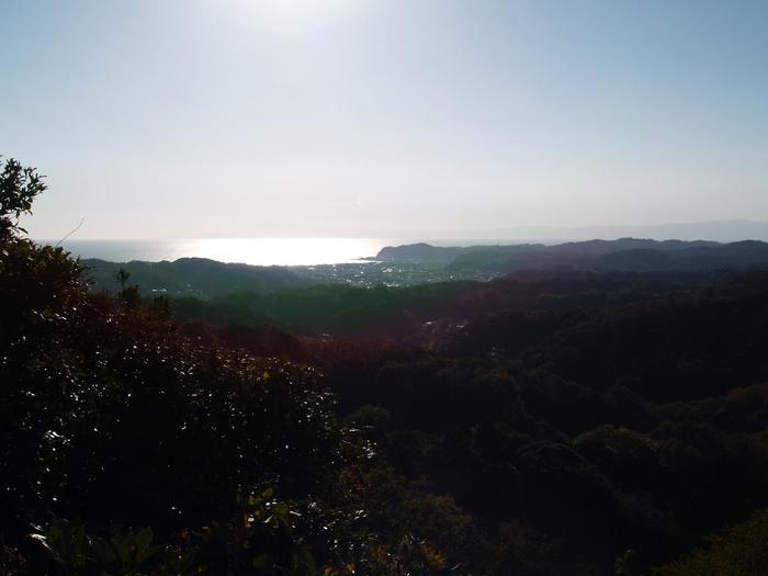 休憩所のすぐ近くから見える景色は溜息ものです。ここまで頑張ってきたかいがあったと思える瞬間です。広い空と美味しい空気で心も体も豊かになります。