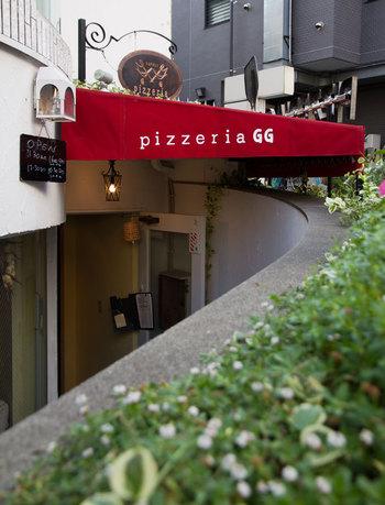 吉祥寺で人気のピッツァ店「GG(ジージー)」は、吉祥寺駅公園口から徒歩3分のところにあります。薪窯で焼かれた本場ナポリの味が楽しめ、店内は常にお客さんでいっぱいです♪