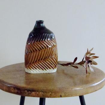 益子の土と釉薬を使用して佐々木康弘さんによって生み出されたしのぎ一輪挿し。しのぎと言われている手仕事で丁寧に作られています。この一輪挿しだけでも存在感がありますよね。