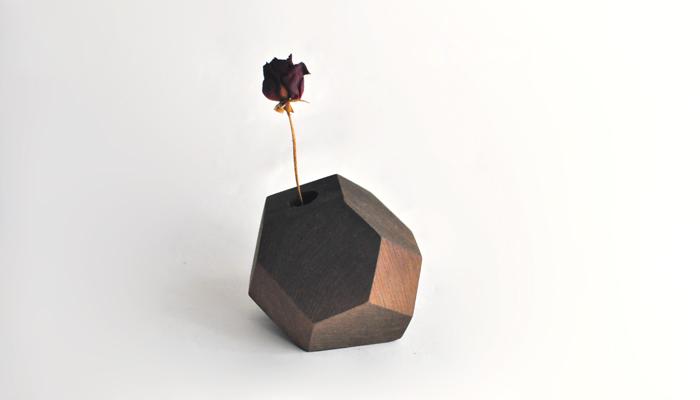 このようにお花を飾ると岩の片隅から力強く咲いているようにも見えますね。まるで勇気付けられるかのようです。少しユニークな雰囲気が素敵です。