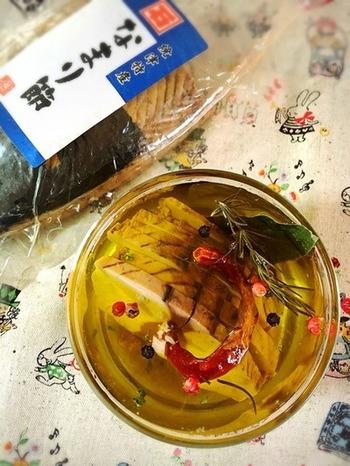 なまり節の形を活かしたオイル漬けは、ピザやグラタンの具にも。 細かなフレーク状にすれば、ツナの代わりにも使えて便利◎