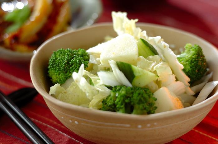 ブロッコリーときゅうりのグリーンがさわやかなサラダは、和洋どちらの料理にも合ううえに、白菜は茹でずにそのまま使うので、リンゴとともにシャキシャキの食感を楽しめます。