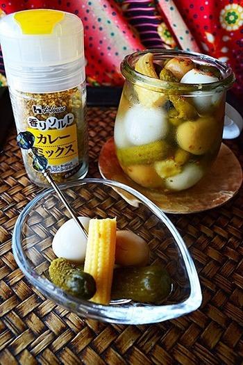 残ったピクルス液に、市販の水煮を漬け込んだピクルス。ビネガーとカレースパイスを加えたセカンドアレンジは、食材をムダにしない節約レシピです。